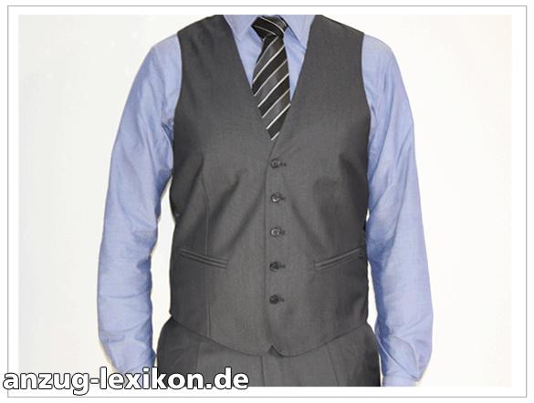 Ein Herren Business-Anzug mit Weste in dunkelgrau und schwarz-grau-weiß gestreifter Krawatte
