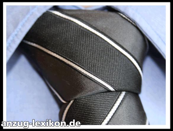 Nahaufnahme Krawattenknoten mit quergestreifter Krawatte