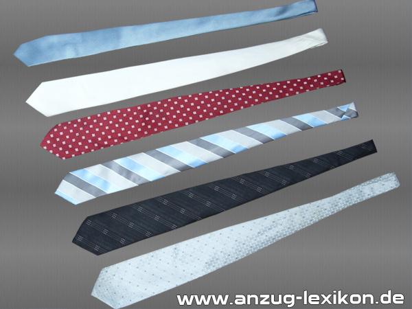 Symbolbild verschiedener Krawatten - rot - hellblau - blau-silber-gestreift - schwarz