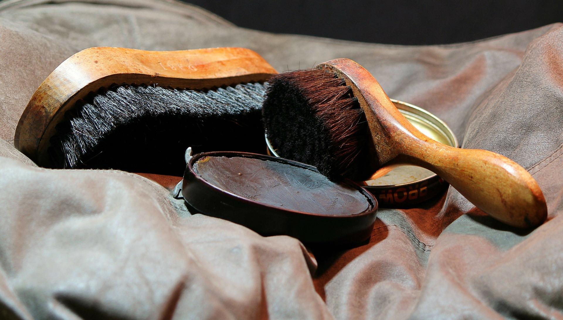 Schuhe putzen - Pflege - Bürsten
